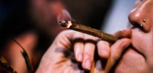 Smoking-a-marijuana-blunt-by-Circuito-Fora-do-Eixo-696x333