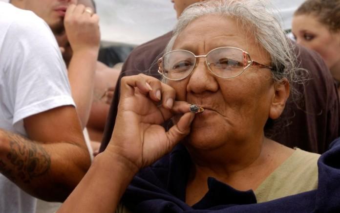 Rodzice i Seniorzy Palą Więcej Marihuany Niż Młodzież, kanabis.info